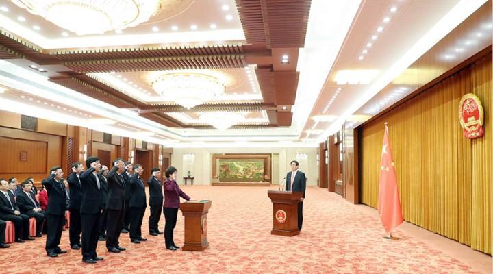 全国人大常委会举行宪法宣誓仪式 栗战书主持并监誓