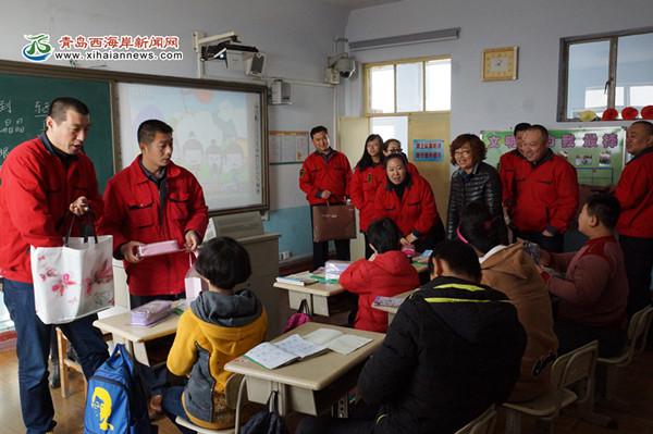 志愿者指导孩子学习 本网讯 3月2日上午,真情巴士集团37路雷锋示范线路团队的志愿者一行16人,来到黄岛区特殊教育学校(原聋哑学校)看望那里的孩子们,给他们带去学习用品同他们做游戏,用自己的真情投入陪伴孩子成长。 这是雷锋示范线路团队志愿者第二次来这里看望孩子们。学校一共分7个班,有36名孩子,都有智力障碍,缺少社会的关爱,对学校比较熟悉的志愿者丁秀艳介绍说。很多孩子对志愿者叔叔、阿姨还有印象,志愿者们的到来让他们异常高兴。在志愿者们为孩子分发文具、图书的过程中,一个小女孩,跑到熟识的志愿者高