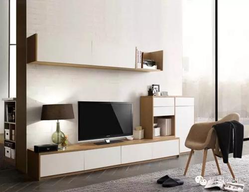 白色电视背景墙,搭配白色和原木色结合的柜子