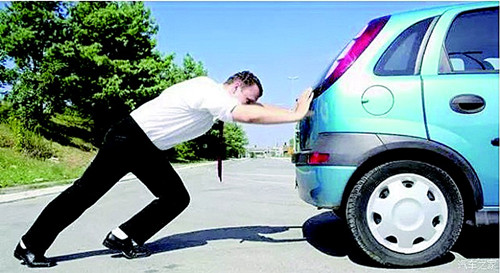 当汽车没油的时候车速会下降得很快