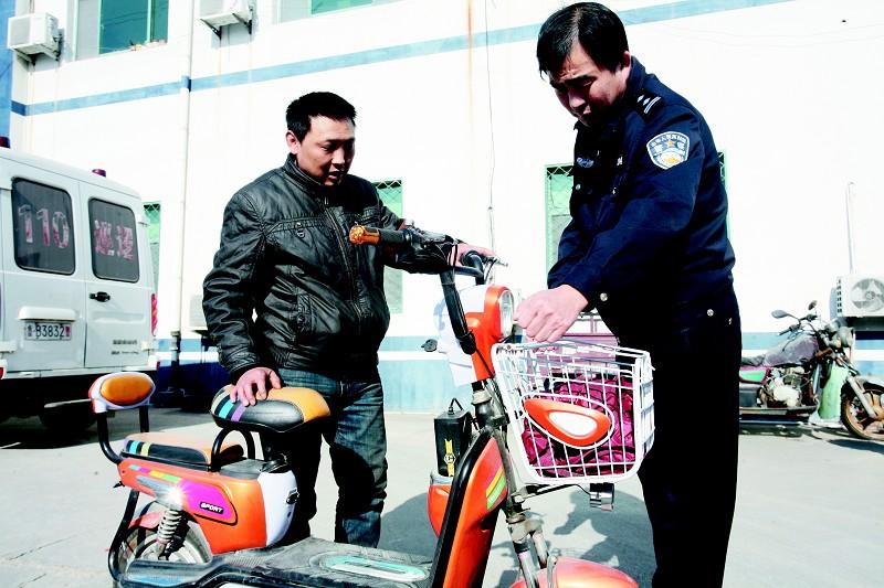 顺利偷走电动自行车后,杜某去配了一把车钥匙.