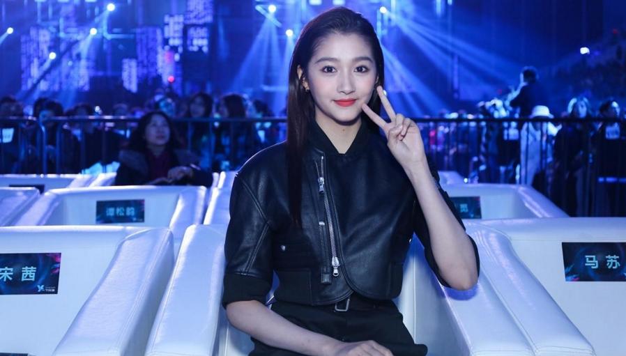 关晓彤获颁2016潮流人气榜样 皮衣短裙帅气甜美-青岛