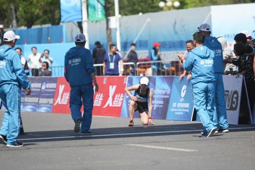 全运马拉松爬着完赛 王刚红:运动员都会这样选择-青岛