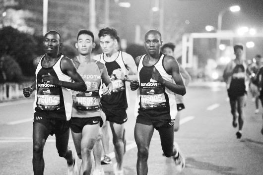 2017青岛?西海岸夜间国际马拉松鸣枪开跑