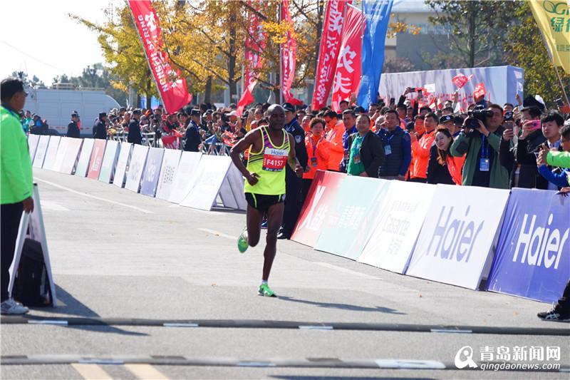 11月5日上午8时,2017青岛马拉松在五四广场鸣枪开跑,来自中国、美国、德国、俄罗斯、英国、肯尼亚、埃塞俄比亚等20余个国家和地区的近2万名选手参赛。 2017青岛马拉松赛由中国田径协会、中央电视台、青岛市人民政府主办,共设置三个项目,分别为马拉松(42.195公里)、半程马拉松(21.